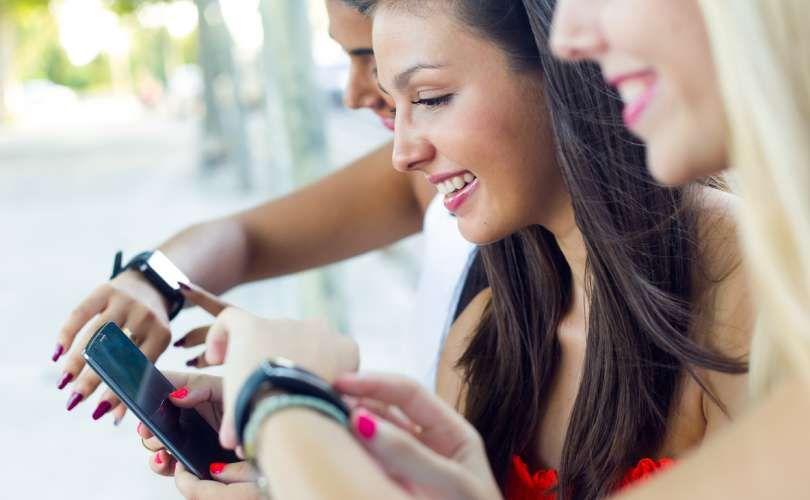 Mulheres com seus smartwatches se divertindo